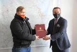 Mieszkaniec Gdyni Łukasz Urbanowicz uratował w Gdańsku 30-letniego pasażera PKM. Podziękował mu wicemarszałek Bonna