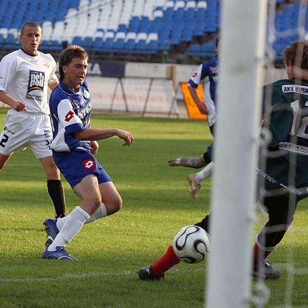 Na grad bramek, jak w meczu z AKS-em Busko Zdrój, nie ma co liczyć, ale byłoby miło, gdy Stal Watkem zakończyła sezon zwycięstwem. Nz. strzela Damian Wolański.
