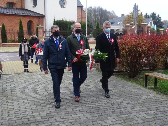 Tegoroczne obchody Narodowego Święta Niepodległości miały kameralną formę. Odbyła się msza święta, a następnie samorządowcy złożyli kwiaty pod Pomnikiem Nieznanego Żołnierza.