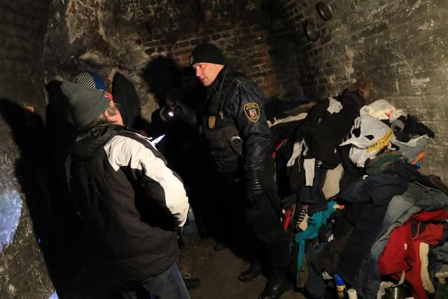 Strażnicy miejscy odwiedzają miejsca, w których mogą koczować bezdomni