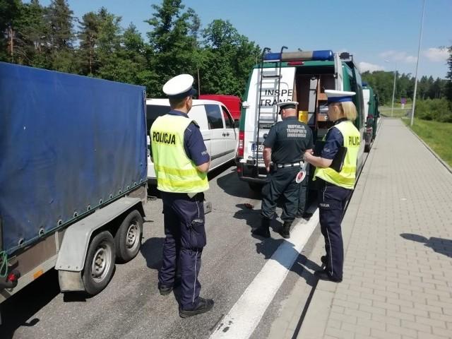 Policjanci oraz inspekcja drogowa sprawdzili w czwartek prawie 900 pojazdów.