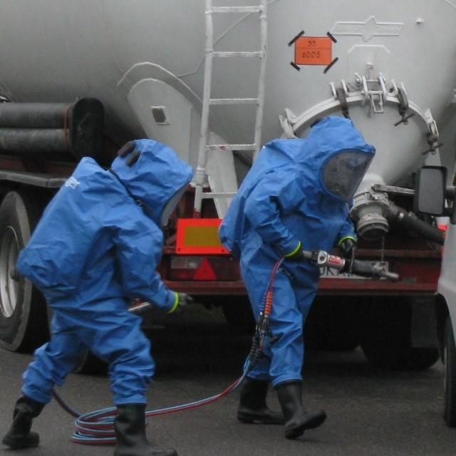 Cysterna przewoząca amoniak wywrócila sie na wyjeLdzie z autostrady w Gogolinie. Sluzby ratownicze cwiczyli, czy są gotowi na takie zagrozenie.