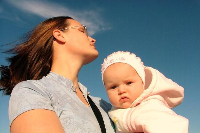 Młda mama, która ma firme może zapewnić sobie wyższy zasiłek macierzyński (fot. sxc.hu)