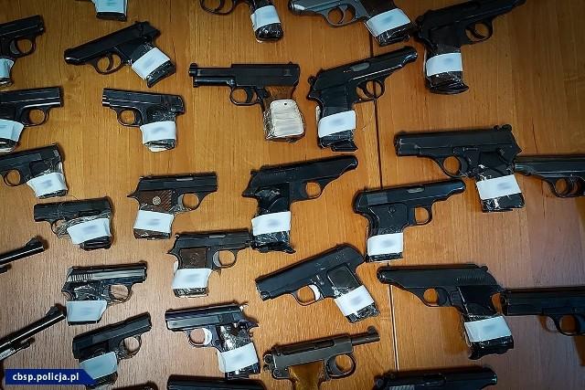 Zatrzymani są podejrzani o posiadanie, przerabianie i handel bronią palną. 4 z nich zarzuca się udział w zorganizowanej grupie przestępczej