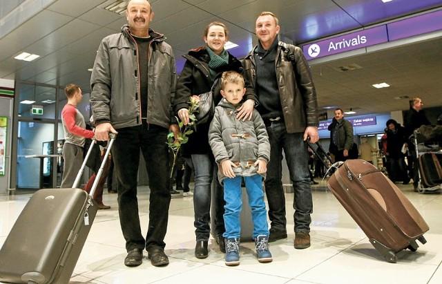 Pan Roman z wnukiem odebrał z lotniska swoją córkę Karolinę i jej chłopaka.