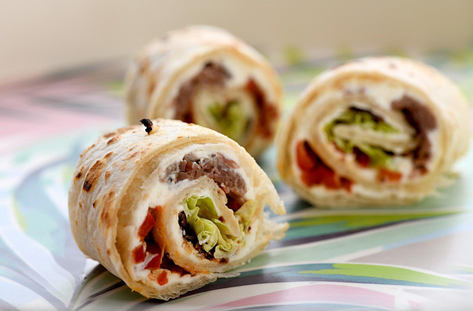 Przekaski Kolorowe Tortille Z Szarpana Wieprzowina I Warzywami