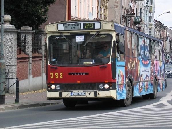Obecnie autobusy przemyskiej komunikacji miejskiej nie mają jednakowej kolorystyki. Członkowie Forum Rozwoju Przemyśla proponują to zmienić.