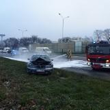 Łódź. Pożar samochodu przy Castoramie na al. Jana Pawła II
