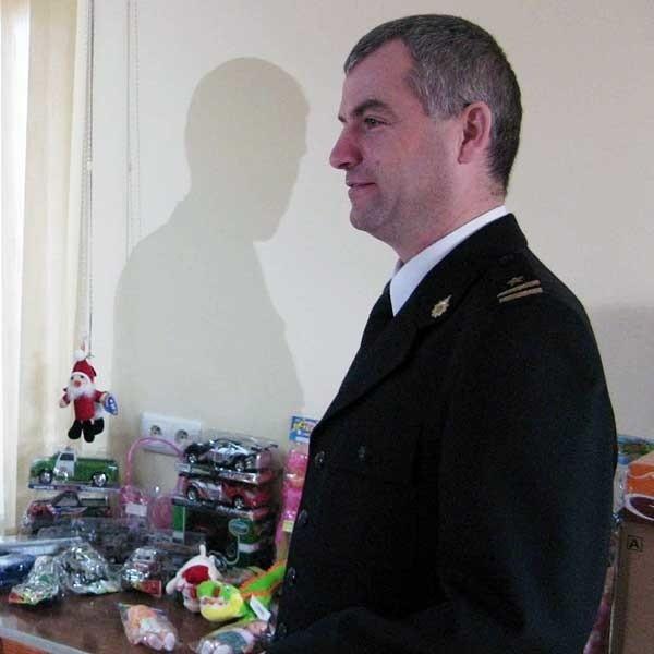 Zebrane dla dzieci zabawki i słodycze, dyrektorowi MOPS przekazał w piątek mł. bryg. Wojciech Buszek, komendant powiatowy PSP.