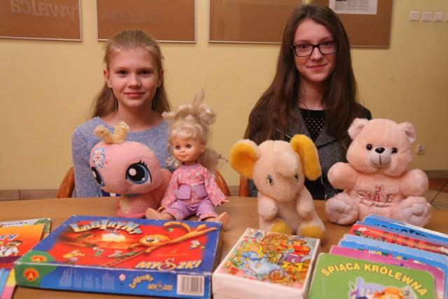 """14-letnia Ania i 11-letnia Beata w ramach naszej akcji """"Dzieci dzieciom"""" postanowiły przekazać ubrania, zabawki i książeczki"""