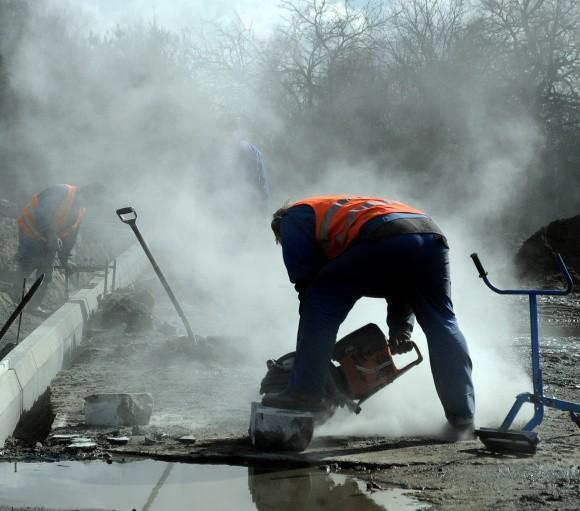 Zimny i mokry początek roku sprawił, że Dąbskiej remontować nie można było. Teraz prace trwają pełną parą.