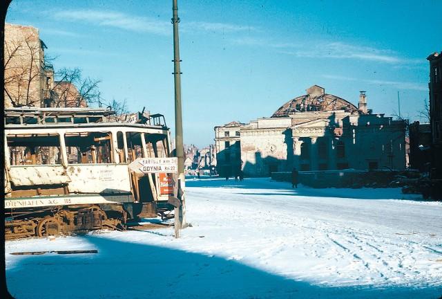 Wrak tramwaju na Targu Węglowym, w tle teatr