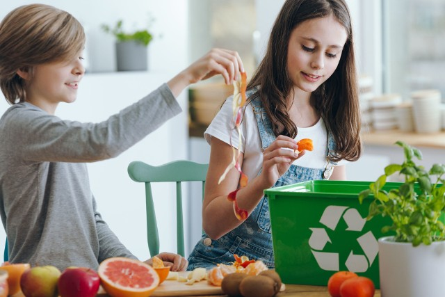 Ekologiczne podejście do życia, czyli z szacunkiem do naturalnych zasobów i otoczenia, to nie tylko sięganie po eko-żywność, organiczne kosmetyki i środki czystości, choć oczywiście takie wybory są ważne. Potrzebujemy jednak bardziej całościowego spojrzenia na ochronę przyrody, które jednocześnie pomoże nam lepiej zadbać o własne zdrowie.Jakie nawyki warto więc zmienić, by być bardziej EKO? Sprawdź 10 sposobów na bardziej naturalne życie – Nowy Rok to najlepszy czas na realizowanie pozytywnych postanowień!