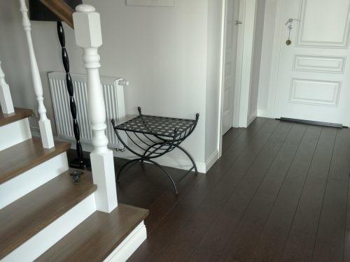 Realizacja direct floor - dom GortatowieRustykalne wnętrza spodobają się miłośnikom tradycji, ciepła domowego ogniska i przytulnych wnętrz. W tej aranżacji doskonale prezentuje się wszystko co drewniane – począwszy od antycznych mebli, przez ramy okienne, aż po podłogę. Niemal każdy ciepły odcień drewna będzie pasował do aranżacji wnętrza w stylu rustykalnym.