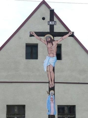Jeden z odnowionych przydrożnych krzyży w Baborowie.