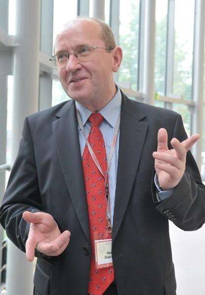 """Prof. HENRYK SKARŻYŃSKI, ma 56 lat, skończył wydział lekarski Akademii Medycznej w Warszawie. W 1993 r założył drugi w Europie Ośrodek Diagnostyczno-Leczniczo-Rehabilitacyjny """"Cochlear Center"""". Jest członkiem rady naukowej przy ministrze zdrowia. W 2003 r zorganizował Międzynarodowe Centrum Słuchu i Mowy w Kajetanach pod Warszawą, w którym przeprowadza się najwięcej na świecie operacji poprawiającej  słuch. Jest laureatem światowych nagród w dziedzinie medycyny."""