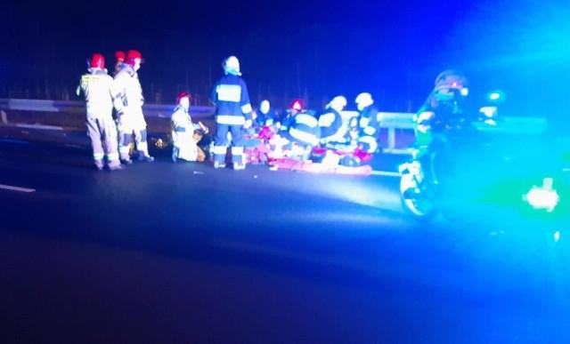 Kierowca pchał samochód, bo zabrakło mu benzyny. Wtedy został potrącony przez nadjeżdżające auto.