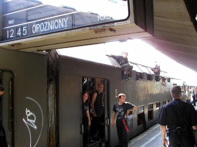Dworzec w Katowicach, pociąg z koncertu w Żarach, lato 2002