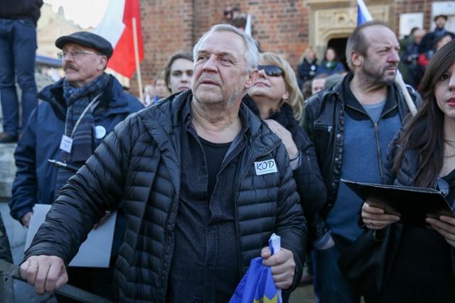 Marek Kondrat poparł marsz KOD, czym wzbudził falę negatywnych komentarzy, bo jest utożsamiany z reklamami ING. Przeciwnicy KOD wzywają się do likwidacji kont w ING Banku Śląskim