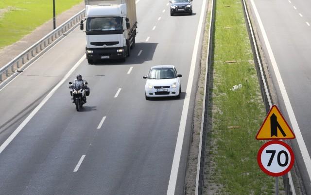 Ograniczenie do 70 km/h zostało przed miejscem gdzie do ruchu włączają się kierowcy zjeżdżający z wiaduktu lub jadący od strony Zagórza w kierunku Dąbrowy Górniczej. Powodem jest krótki pas włączeniowy. W innych miejscach ograniczenia zlikwidowano.Zobacz kolejne zdjęcia. Przesuwaj zdjęcia w prawo - naciśnij strzałkę lub przycisk NASTĘPNE