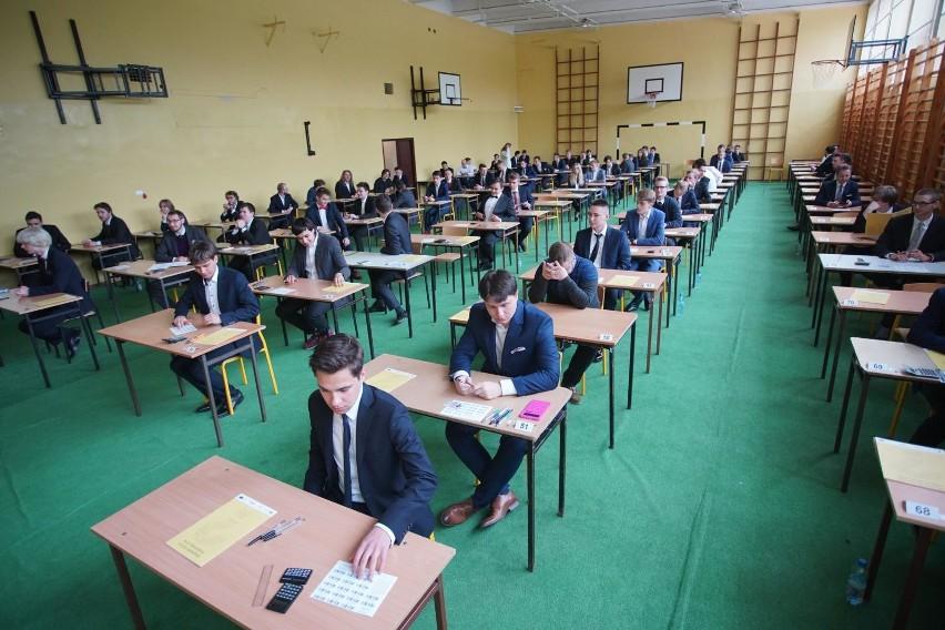 W poniedziałek, 6 maja, o godz. 9 ponad 24 tys. maturzystów w Wielkopolsce, a w Poznaniu ok. 6,2 tys. absolwentów liceów i techników, rozpoczęło zmagania z egzaminami dojrzałości. Zaczęło się od języka polskiego. Część pisemna tegorocznej matury zakończyła się 23 maja. Dzień wcześniej, 22 maja, skończyła się z kolei część ustna. Wyniki matury 2019 zostaną podane 4 lipca.Przejdź dalej --->