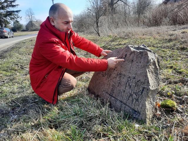 Regionalista Maciej Boryna podkreśla, że kamienne drogowskazy wiele mówią nam o przeszłości okolicy
