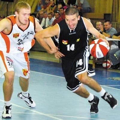 Kamil Zakrzewski (przy piłce) powrócił do Białegostoku i w pierwszym meczu zdobył najwięcej punktów dla Żubrów (16)