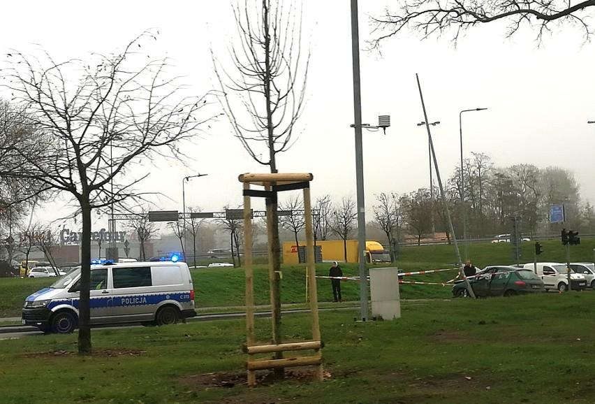 Do zdarzenia doszło około godz 12 dziś (23.12) na rondzie Inowrocławskim w Bydgoszczy. ranna została piesza, a auto wylądowało na latarni.FLESZ - wypadki drogowe