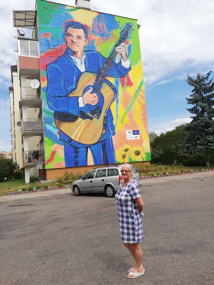 Ewa Napora, znana pisarka, poetka, malarka, hafciarka i działaczka społeczna z Kluczyc w gminie Secemin w te wakacje w sierpniu dużo podróżowała. W stolicy Podlasia - Białymstoku - odkryła mural króla disco polo Zenka Martyniuka.