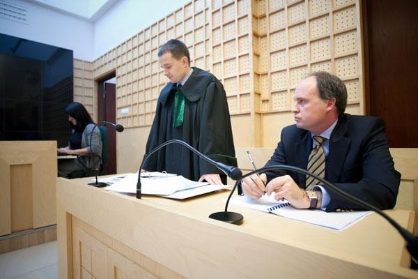 Pierwsza rozprawa w sprawie zapłaty magistratowi 10 mln zł kary odbyła się w październiku 2011 r. Bacoli Properties reprezentował na niej Jarosław Olszowy (na zdjęciu z prawej).