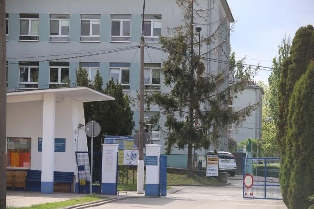 """W niedzielne (22 listopada) popołudnie media społecznościowe obiegły zdjęcia, przedstawiające półnagą pacjentkę Szpitala Wojewódzkiego w Zgierzu, która leży na podłodze jednej z sal ze zsuniętymi spodniami. W środku nie ma personelu medycznego. Kobieta ma fragment ciała pobrudzony fekaliami. Dużo wskazuje na to, że przewróciła się lub spadła z łóżka, które stoi obok. Możliwe, że próbowała samodzielnie dostać do toalety. Na jednej z fotografii widać, jak próbuje ponownie się na nie ponownie wciągnąć, ale nie ma to siły. Nie wiadomo, czy autor ograniczył się on jedynie do wykonania zdjęć, czy też próbował udzielić jej pomocy lub o zarejestrowanym zdarzeniu poinformował również personel medyczny. Dyrekcja placówki zapowiada wyjaśnienie tej sprawy. Czytaj dalej na kolejnym slajdzie: kliknij strzałkę """"w prawo"""", lub skorzystaj z niej na klawiaturze komputera."""