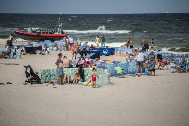 W środę na plaży w Sarbinowie pojawiło się wielu wczasowiczów. Część z nich wybrała wybrała plażowanie, a inni woleli pospacerować po miejscowej promenadzie.