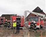 Pożar domu w Starym Jarosławiu 22.02.2020. Ogień gasiło 9 zastępów straży. Rodzina straciła dach nad głową [zdjęcia]