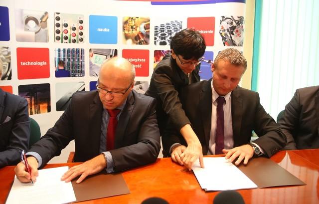 Podpisanie umowyUmowę na pożyczkę w ramach programu Jessica podpisali (od lewej) dyrektor zarządzający pionem funduszy europejskich Banku Gospodarstwa Krajowego Marek Szczepański i prezes spółki Rewitalizacja Mariusz Mróz.