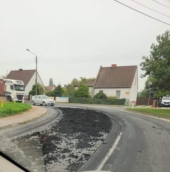 Na drodze krajowej nr 39 zalega gruba warstwa obornika 27.09.2021