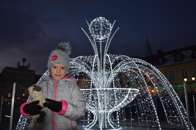 Oli bardzo podoba się świetlna fontanna. Czeka na św. Mikołaja