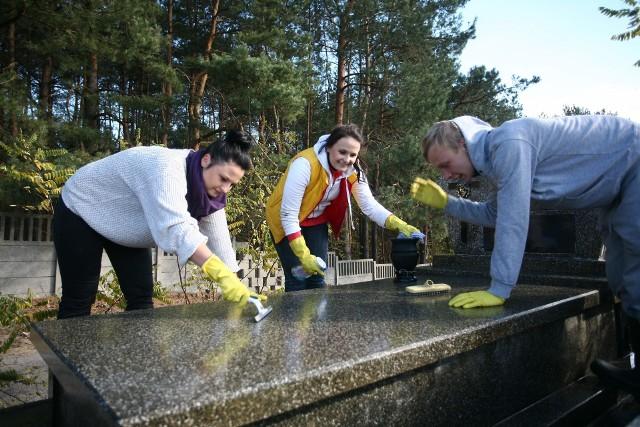 Czyszczenie grobuCzyszczeniem grobu na zlecenie zajmuje się coraz więcej firm.
