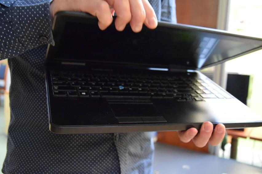 Dwa szkolne laptopy wypożyczone dla uczniów do nauki zdalnej...