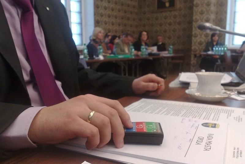 Póki co radni głosują klasycznie – za pomocą uniesionej ręki – a także za pomocą terminali.