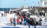 Zimowy i zaśnieżony Sopot skąpany w promieniach słońca! Spacerowiczów na molo w weekend nie brakowało