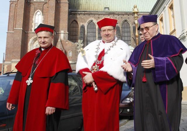 Od lewej: ks. Andrzej Tomko (obecny rektor Papieskiego Wydziału Teologicznego we Wrocławiu), ks. Waldemar Irek oraz ks. abp Marian Gołębiewski (były metropolita wrocławski)