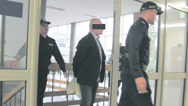 Piotr Z. doprowadzany do krakowskiego sądu. Przyznał się do winy i zaproponował dla siebie karę 4 lat i 3 miesięcy więzienia. Deklaruje, że odda pieniądze.