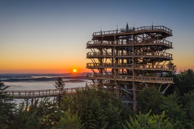 Już w przyszłym roku zostanie otwarta nowa atrakcja, niecałe 90 km od Torunia. W Ośrodku Narciarskim Kurza Góra w Kurzętniku powstaje ponad 35-metrowa wieża widokowa. Będzie ona położona zaledwie 20 minut drogi od Brodnicy. Na szczyt prowadzić będzie dwukilometrowa ścieżka.