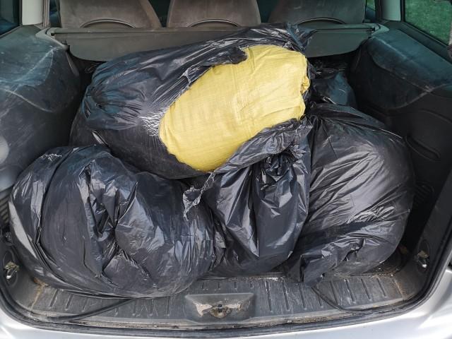 Ponad 100 kg nielegalnego tytoniu znaleźli policjanci u 56-latka jadącego przez gminę Słomniki