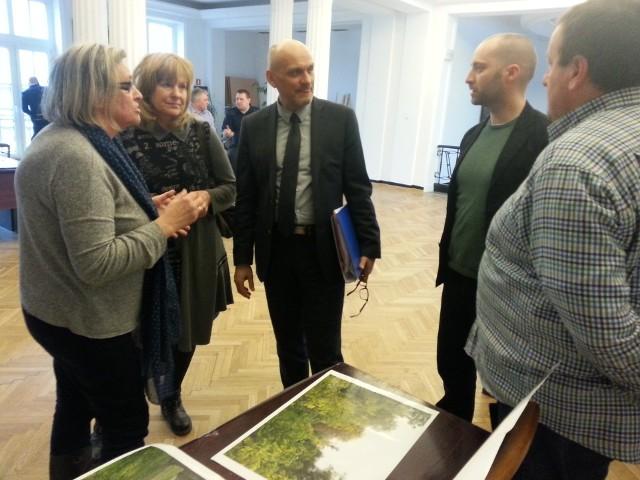 Prezes WTBS Radosław Stępień (w środku) długo rozmawiał z protestującymi przeciwko budowie bloku przy Jarzynowej, ale ich nie przekonał do zabudowy skweru