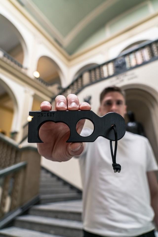 UNIKEY - narzędzie do bezdotykowego otwierania drzwi i trzymania się poręczy.