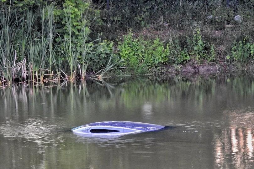 W Malczkowie kierowca wjechał autem do zbiornika wodnego...