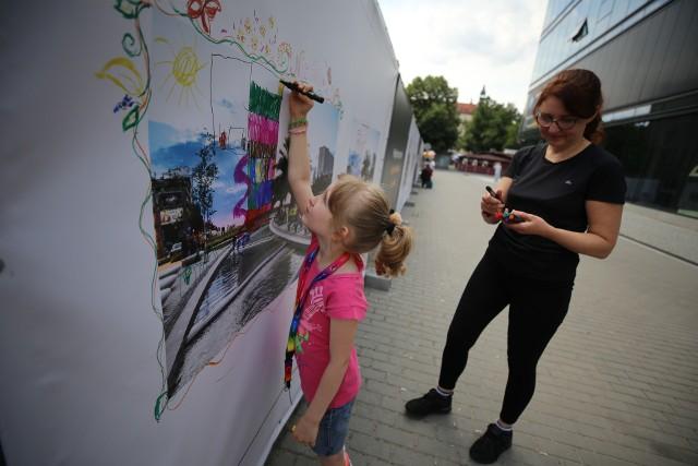 Niecodzienną wystawę prac podopiecznych Fundacji Iskierka można oglądać wokół Hotelu Silesia w Katowicach.