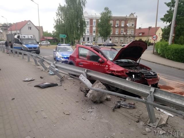 Wypadek w Opolu. Dacia wjechała w bariery na zakręcie ulicy Jagiellonów