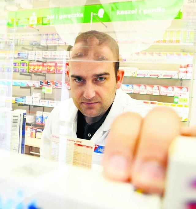 Farmaceuta Adam Dawid z apteki w galerii w Gubinie radzi, by korzystać z zamienników. - Są nawet kilka razy tańsze - mówi.